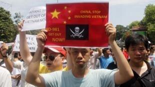 Người biểu tình với biểu ngữ : Trung Quốc hãy ngưng xâm chiếm Việt Nam - REUTERS /Kham