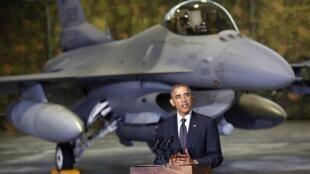Barack Obama, sur le tarmac de l'aéroport de Varsovie, devant un chasseur F-16, le mardi 3 juin.