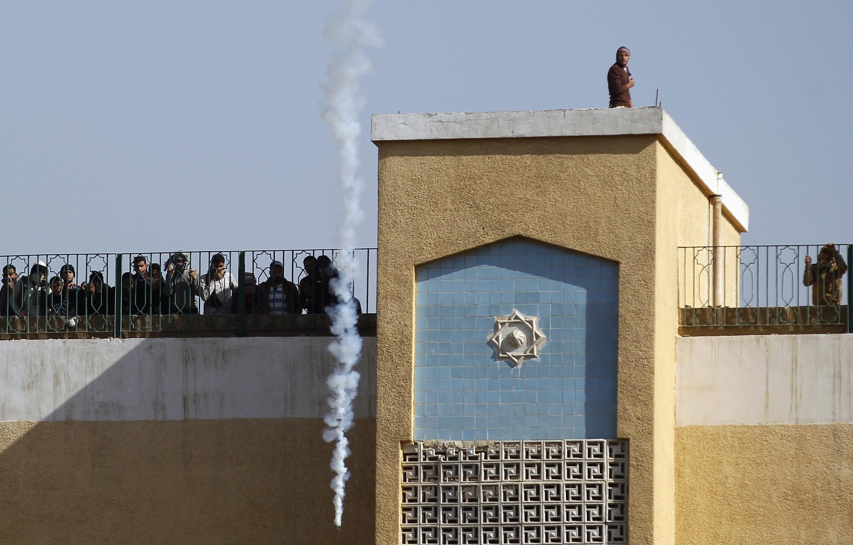 Huynh đệ Hồi giáo vẫn rất được ủng hộ ở Ai Cập. Sinh viên, thanh niên luôn xuống đường chống đối chính quyền, xung đột với cánh sát. Trong ảnh chụp ngày 29/12/2013, sinh viên Al-Azhar University  trên nóc nhà nhìn khói  lựu đạn cay cảnh sát bắn vào trường.