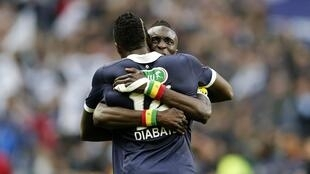Cheick Diabaté (de dos), auteur de deux buts est félicité par Ludovic Sané, le 31 mai 2013.