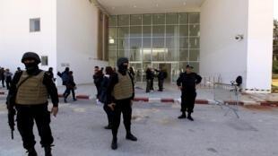 Policiers devant les portes du musée du Bardo à Tunis le 19 mars 2015.