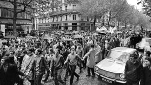 Estudantes se manifestam em Paris, em 11 de maio de 1968, depois da noite de confrontos do 10 de maio.
