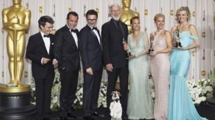 L'équipe du film «The Artist» après la remise des Oscars. De g. à dr.,Thomas Langmann, Jean Dujardin, Michel Hazanavicius, James Cromwell, Bérénice Bejo, Penelope Ann Miller, Missy Pyle et le chien Uggie.
