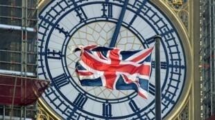 Le drapeau britannique de l'Union Jack flotte devant le cadran de Big Ben à Londres, le 29 août 2019.