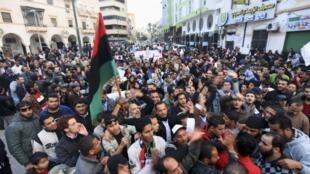 """Libia: la lentitud de las reformas provoca movimientos de contestación contra  el Consejo nacional de transición (CNT) en el poder, acusado de """"robarse la  revolución"""" y de haber permitido que """"oportunistas"""" del antiguo régimen formen  parte del gobierno."""