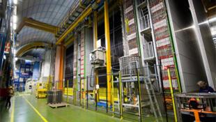 Según las mediciones de científicos realizadas entre el CERN en Ginebra y el laboratorio subterráneo de Gran Sasso (Italia), en la experiencia internacional 'Opera', los neutrinos alcanzaron 300.006 kilómetros por segundo: 6 km/s más rápido que la luz.