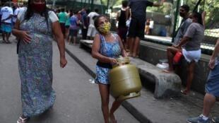 Habitantes duma favela do Rio de Janeiro usando máscaras contra a epidemia do coronavírus que avança no Brasil