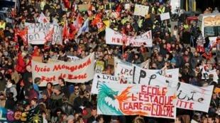 Professores franceses em greve assistem a uma manifestação contra a reforma, em Marselha, no dia 10 de dezembro de 2019.