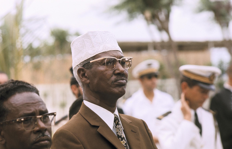 Hassan Gouled Aptidon, lors de la cérémonie de passation de pouvoirs en 1977.