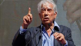 """""""اریو وارگاس یوسا""""، نویسنده اهل  پرو، برنده جایزه نوبل ادبیات که تابعیت اسپانیایی دارد، در تظاهرات بارسلون، روز یکشنبه ۱۶مهر/ ٨ اکتبر ٢٠۱٧ که در مخالفت با استقلال کاتالونیا برگزار شد، سخنرانی کرد."""