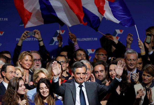 François Fillon em campanha para o segundo turno das primárias da direita, aplaudido por seus partidários