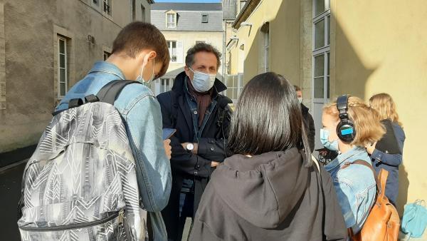 Guillaume Herbaut raconte son parcours de photographe en zone difficile à des lycéens. Séance d'interview à la sortie de la rencontre, le 9 octobre 2020 à Bayeux.