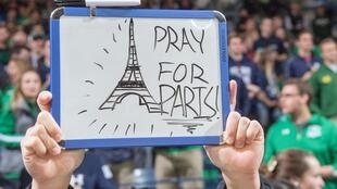 A South Bend dans l'Indiana, un étudiant brandit un panneau «Pray for Paris» en solidarité avec Paris avant un match de Basketball. Sur Twitter, le hashtag du même nom a déjà atteint plus de 3,5 millions de mentions.