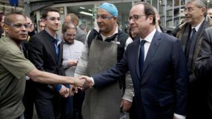 Le président François Hollande en visite surprise dans l'entreprise Poma, un des leaders mondiaux du téléphérique, en Isère, le 12 mars 2015.