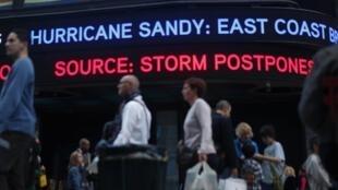 A Times Square, des panneaux annoncent l'arrivée de l'ouragan Sandy. New York, le 28 octobre 2012.