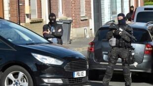 Антитеррористический отдел полиции во время операции на севере Франции, июль 2017.