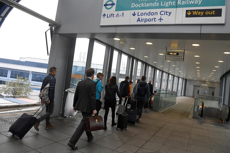 Passageiros indo para o Aeroporto da Cidade de Londres
