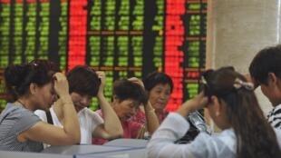 Cảnh thị trường chứng  khoán tuột dôc ở Phụ Dương, An Huy, Trung Quốc, ngày 28/07/2015.