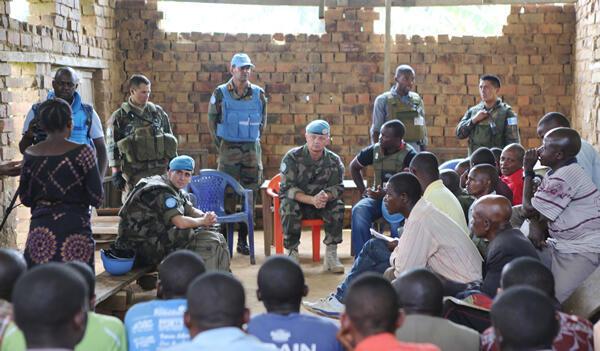 Maafisa wa UN wilayani Walikale, Kijijini Ntoto , DRCongo :  Zaidi ya watu 1700 wakirejeshwa makwao, baada ya kikosi cha MONUSCO kuweka ngome eneo hilo, julai 2014.