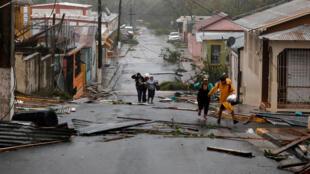 Des secouristes à l'oeuvre dans les rues de Guayama, à Porto Rico, après le passage de l'ouragan Maria, le 20 septembre 2017.