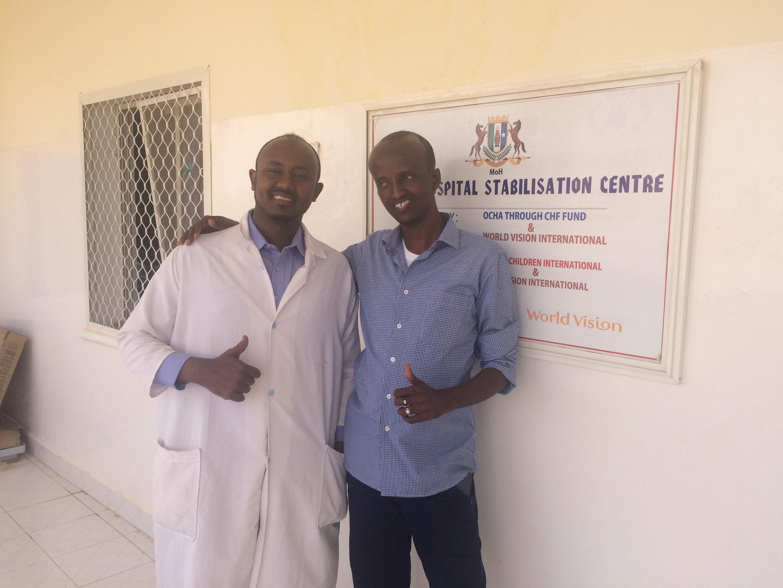 Dans le centre de stabilisation de Garowe en Somalie, le docteur Saïd Ahmed Yassin avec Haashim Issack Mire en juillet 2017.