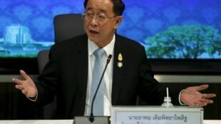 Bộ trưởng Giao Thông Thái Lan Arkhom Termpittayapaisith thông báo tại cuộc họp báo ngày 25/03/16 rằng Thái Lan tự xây dựng tuyến đường sắt dài 870 km từng được ký kết với Trung Quốc.