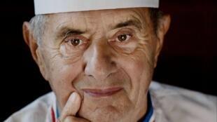 Chef reconnu dans le monde entier, considéré par beaucoup comme le «cuisinier du siècle», titre qu'il remporte en 1989 et comme «chef cuisinier du siècle» qu'il obtient en 2011, Paul Bocuse décède le 20 janvier 2018 à l'âge de 91 ans.