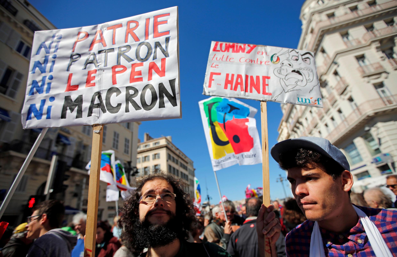 Первомайская демонстрация в Марселе. Надпись на плакате «Ни отечество, ни патрон, ни Ле Пен, ни Макрон»