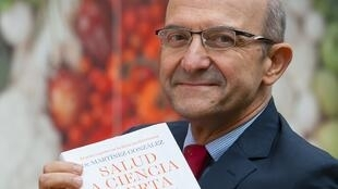 El Dr. Miguel Ángel Martínez-Gonzalez muestra la portada de su último libro, Salud a ciencia cierta