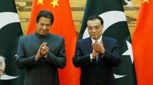 巴基斯坦总理伊姆兰·汗稍早访问中国与中国总理李克强资料图片