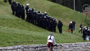 Polícias austríacos na fronteira com Itália em 2016.