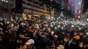 遊行市民眾多,由下午行到晚上,市民舉起手機燈光前行