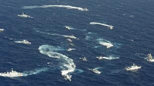 钓鱼岛(日称尖阁岛)海域日本海上保安厅巡逻舰与台湾海巡船2012年9月25日。