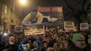 Des milliers d'Hongrois ont défilé contre la politique du Premier ministre Viktor Orban, le 16 décembre 2014, dans les rues de Budapest.