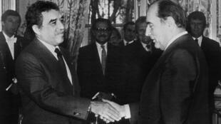 El escritor colombiano Gabriel García Márquez le da la mano al presidente francés, Francois Mitterrand, después de ser galardonado con la Legión de Honor, el 21 de diciembre de 1981 en el Palacio del Elíseo, en París.