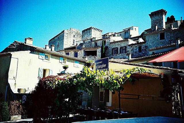 A cidade de Caseneuve com seu castelo.