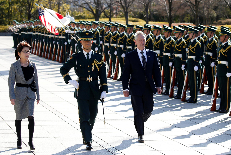 Bộ trưởng Quốc Phòng Nhật Tomomi Inada (T) đón đồng nhiệm Mỹ James Mattis (P) tại bộ Quốc Phòng, Tokyo, ngày 04/02/2017.