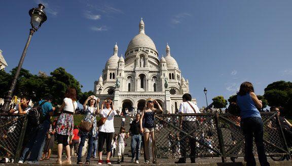 Turistas visitan la Basílica del Sagrado Corazón de París.