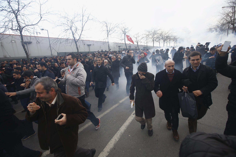 Cảnh sát chống bạo động dùng hơi cay giải tán các nhân viên trước tòa soạn báo Zaman, ngày 5/3/2016 tại Istanbul, Thổ Nhĩ Kỳ.
