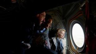 Le Premier ministre grec, Kyriakos Mitsotakis, Ursula Von Der Leyen, présidente de la Commission européenne survolent la frontière turco-grecque, le 3 mars 2020.