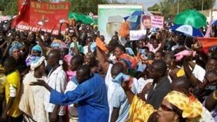 De nombreux manifestants ont défilé dans les rues de la capitale nigérienne ce dimanche 22 novembre 2009.