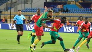 Le capitaine camerounais Éric Maxim Choupo-Moting à la lutte avec des défenseurs bissau-guinéens le 25 juin 2019.