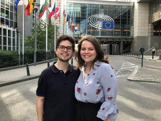 Francisco, 26 ans Espagnol et Pauline, 22 ans Française stagiaires tous les deux sont devant le Parlement européen à Bruxelles.