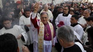 O arcebispo de Jerusalém, Fouad Twal, é recebido pela multidão em Belém.