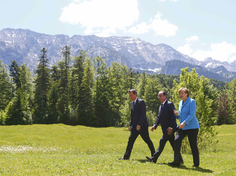 David Cameron, François Hollande và Angela Merkel cùng tới tham dự hội nghị G7 - REUTERS /M. Rehle