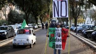 Un manifestant  en faveur du NON au prochain référendum lors d'une marche à Rome, le 26 novembre 2016.