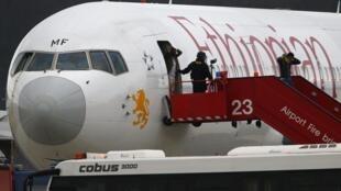 Полиция помогает пассажирам рейса ET 702 покинуть самолет после экстренной посадки в Женеве. Швейцария 17 февраля 2014