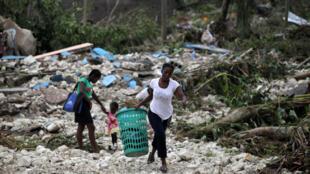 Haïti: à Cavaillon, dévasté par l'ouragan Matthew, les habitants tentent de récupérer ce qu'ils peuvent dans les décombres, le 6 octobre 2016.
