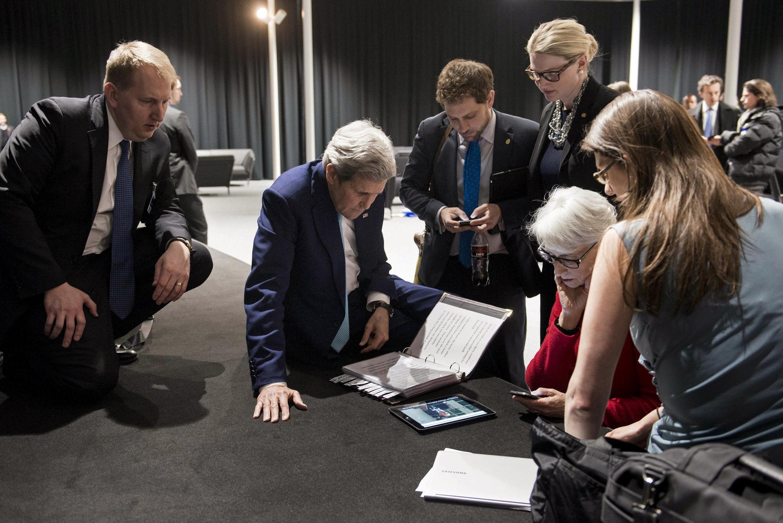 John Kerry et son équipe suivent l'intervention de Barack Obama sur leur écran portable.