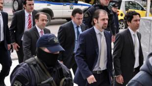 Les huit officiers de l'armée turque qui avaient fui en Grèce juste après le coup d'Etat du 15 juillet 2016, sous escorte policière à leur arrivée devant une juridiction d'Athènes, en janvier 2017.